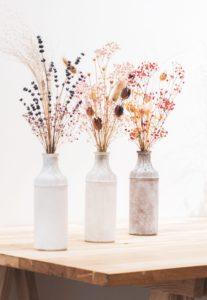Petits bouquets de fleurs séchées dans vase de style antique